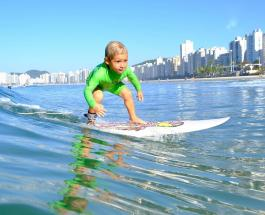 4-летний серфер стоит на доске лучше многих взрослых людей: видео