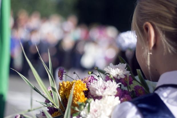 первоклассница с цветами