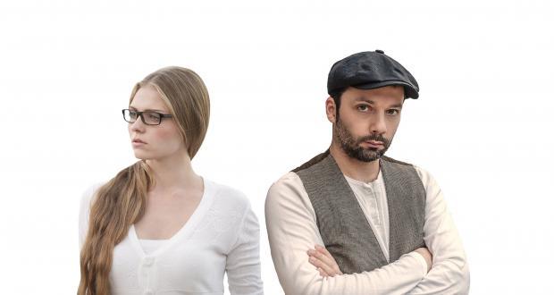 парень и девушка отвернулись друг от друга