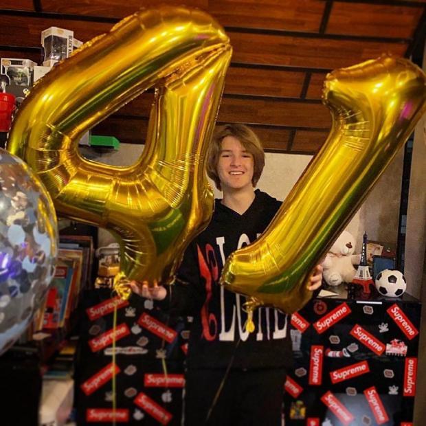 Артем Черницын, сын Ирины Дубцоой с шариками в честь 14 дня рождения