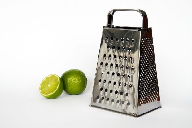 кухонная терка и лимон