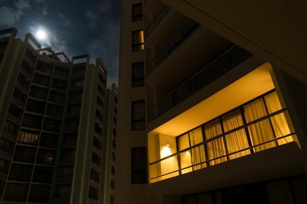 свет в окне горит ночью