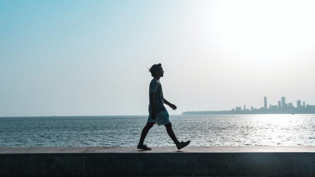 Человек идет на фоне моря