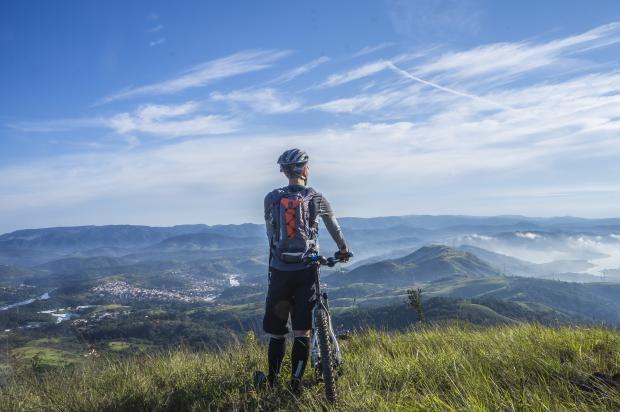 Велосипедист на горе