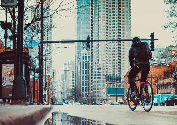 Велосипедист в большом городе