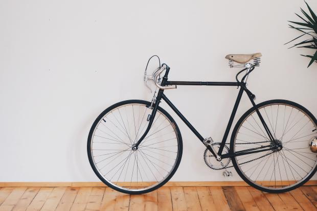 Велосипед у белой стены