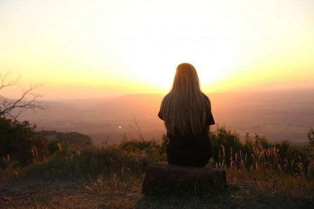 девушка смотрит на закат