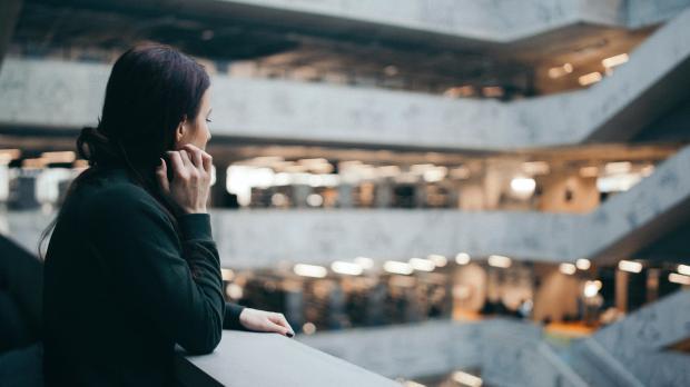 Темноволосая девушка в торговом центре