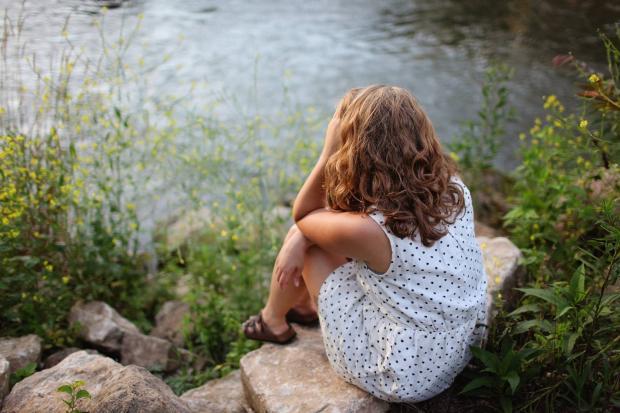 Девушка возле водоема