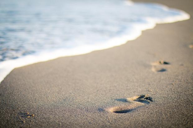 следы ног на песке