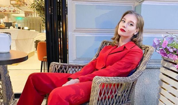 Кристина Асмус в красном костюме
