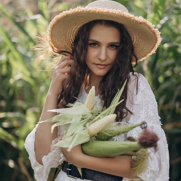 Глафира Тарханова в поле кукурузы