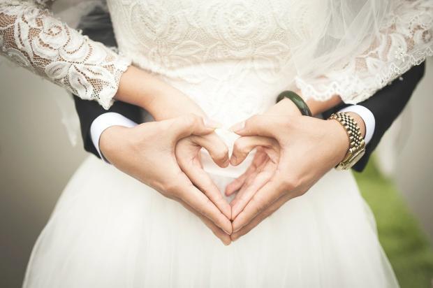 руки жениха и невесты