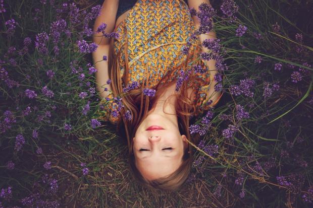 девочка лежит в цветах