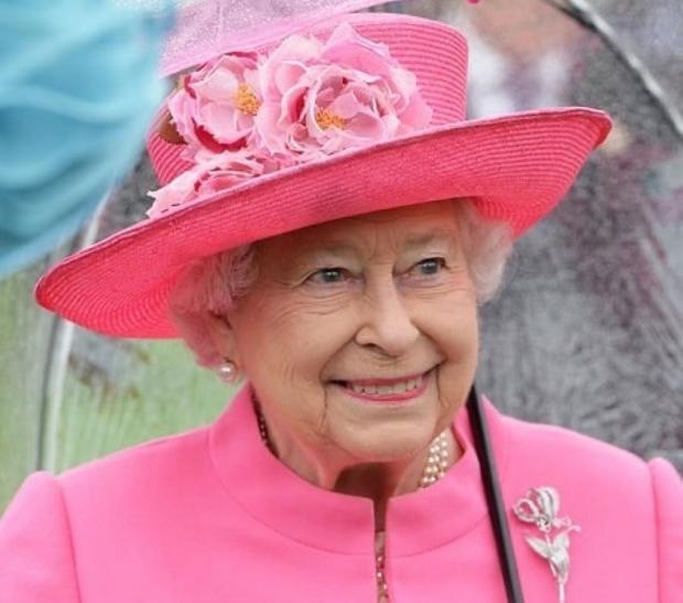 Елизавета II в розовом наряде