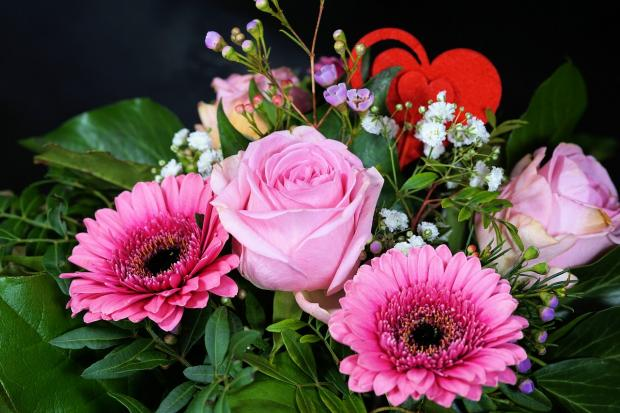 букет розовых цветов с красным сердцем
