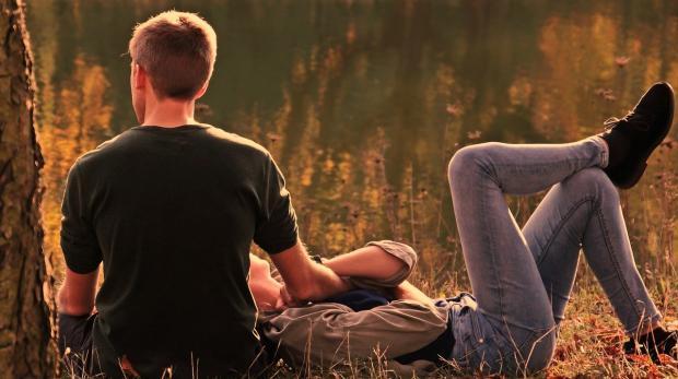 девушка с парнем в лесу осенью