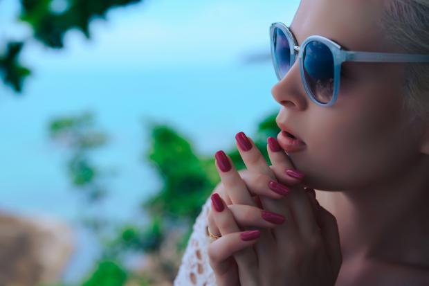 девушка в очках мечтательно смотрит вдаль
