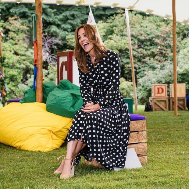 Кейт Миддлтон в черном платье в горошек