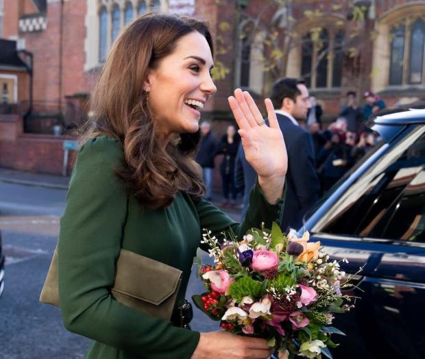 Кейт Миддлтон в зеленом платье и с цветами в руках