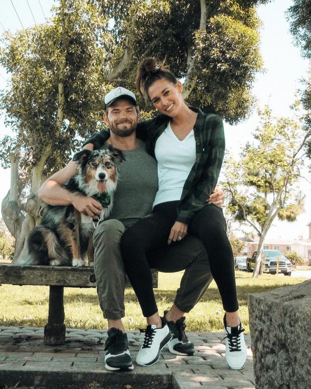 Келлан Латс с женой и собакой
