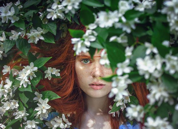 Рыжеволосая девушка в цветах
