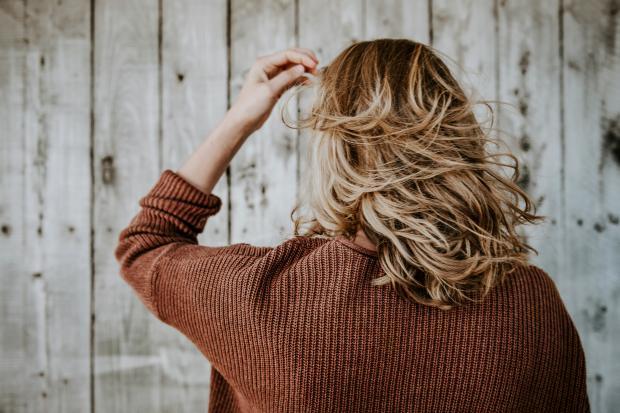 Девушка в коричневом свитере с длинными волосами
