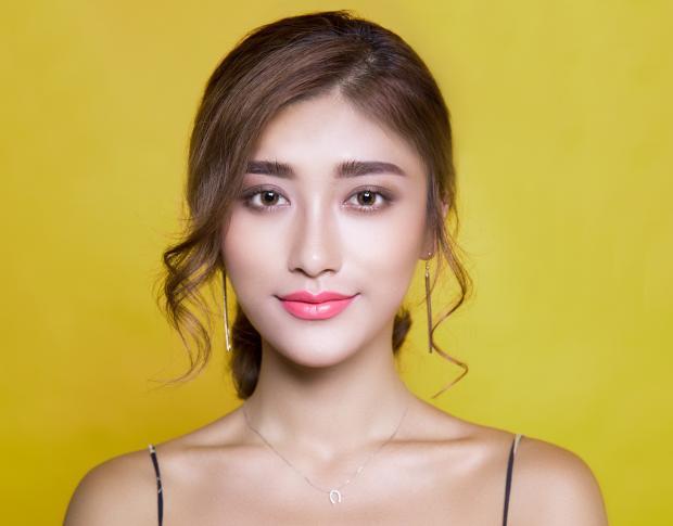 Симпатичная девушка на желтом фоне