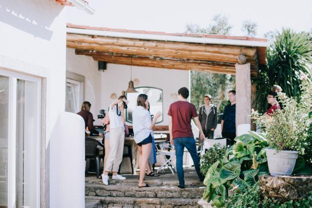 Компания людей во дворе дома