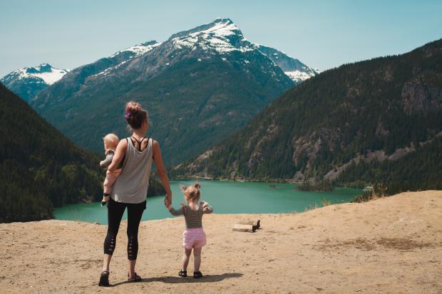 Девушка с двумя детьми в горах