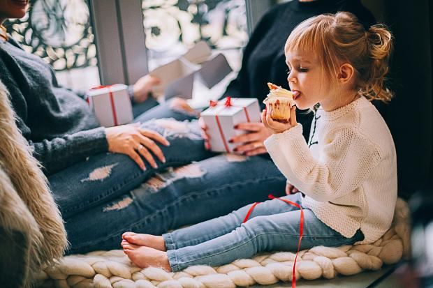 Маленькая девочка есть пирожное