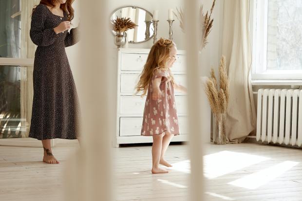 Маленькая девочка в платье рядом с мамой