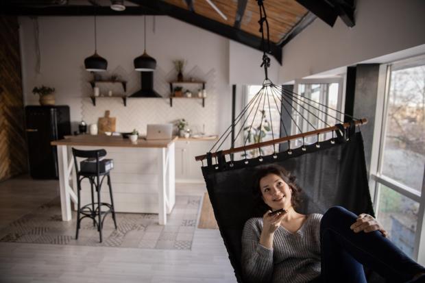 Девушка в шезлонге в квартире