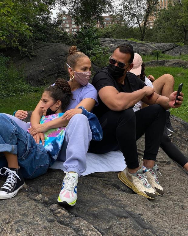 Дженнифер Лопес с дочерью и возлюбленным