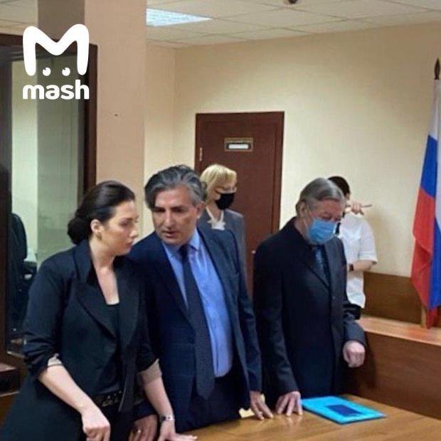 Михаил Ефремов заслушивает приговор в зале суда.