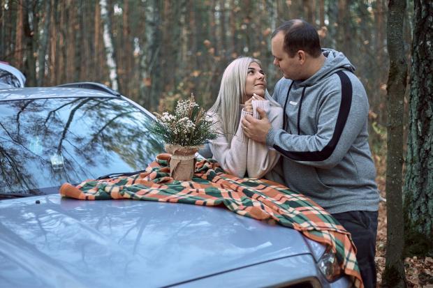 влюбленная пара в осеннем лесу