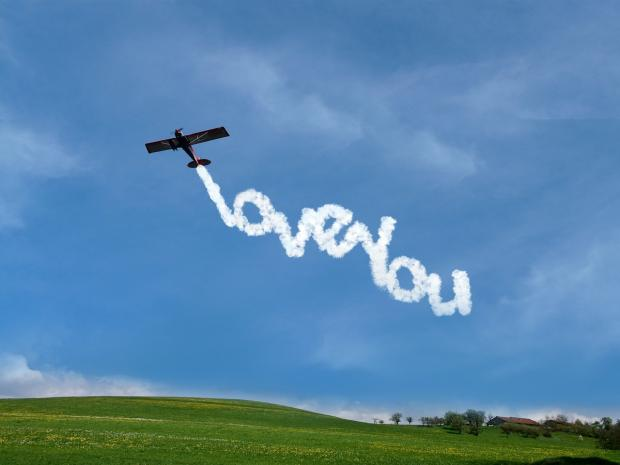 самолет пишет в небе о любви