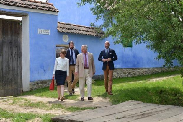 Принц Чарльз возле своего дома в деревне Вискри