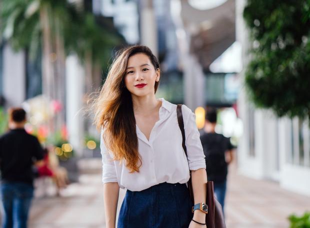 Длинноволосая девушка в белой рубашке