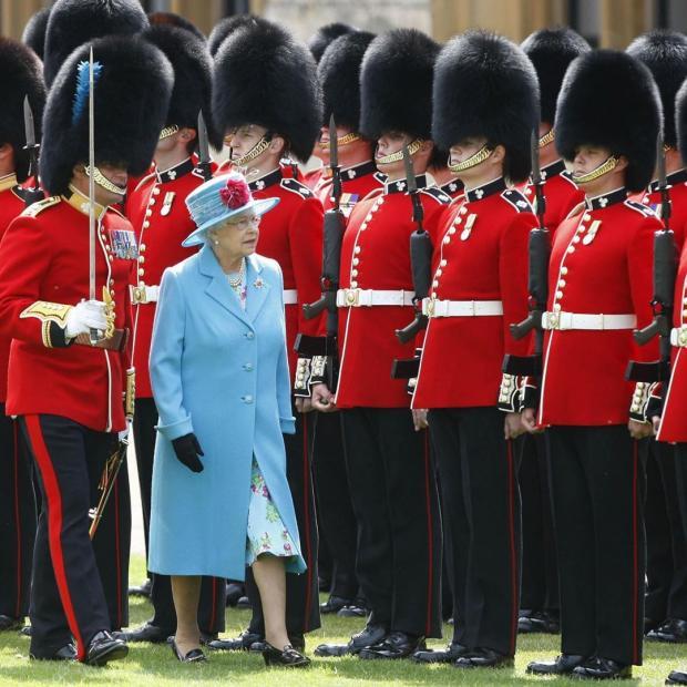 Королева Великобритании в окружении военных