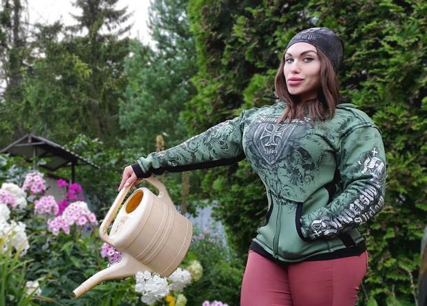 Наталья Амазонка поливает сад