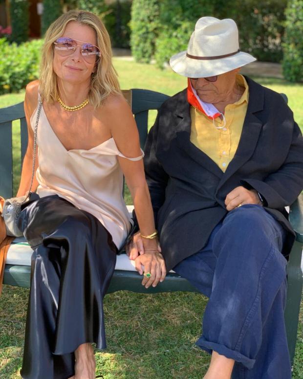 Юлия Высоцкая и Андрей Коналовский на лавочке