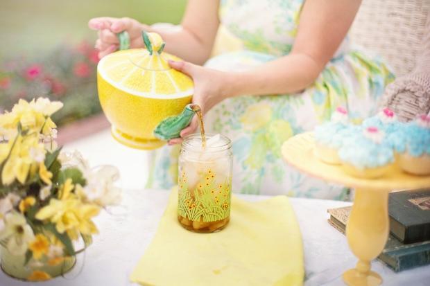 девушка наливает чай из керамического желтого чайника