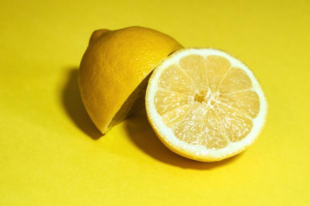 Лимон на желтом фоне