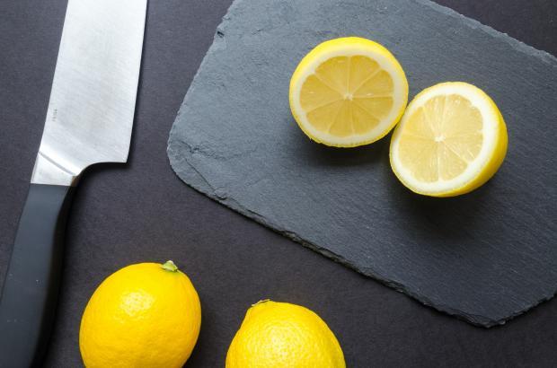 Разрезанные лимоны на столе