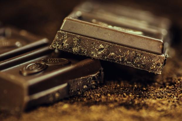 дольки темного шоколада