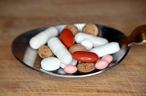 разноцветные таблетки в ложке