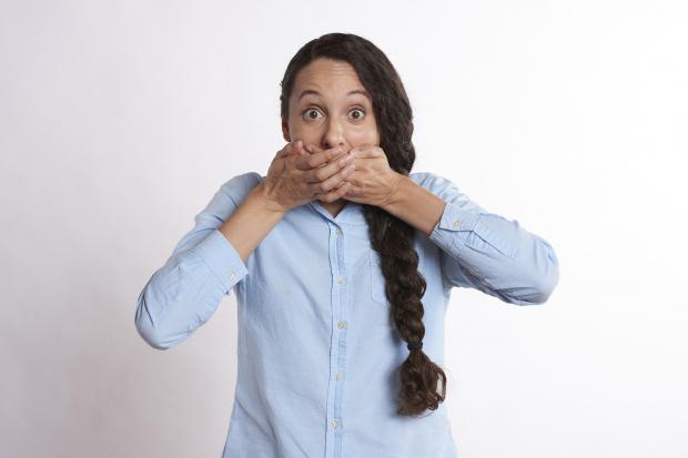 девушка закрыла рот руками