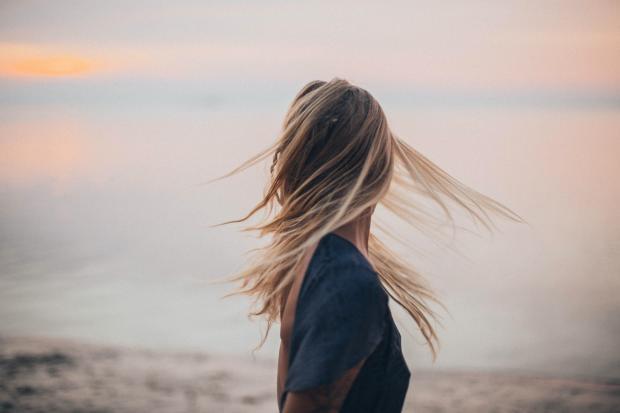 Девушка с длинными волосами на природе