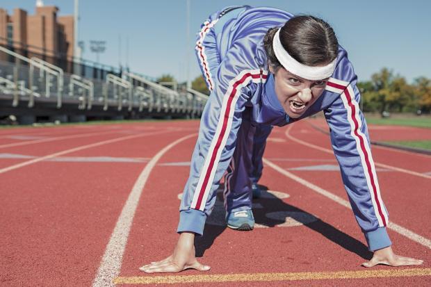 девушка-бегун в спортивной форме